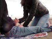 fidanzata fa un pompino all'aperto