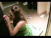 Fidanzata fa un pompino nel camerino