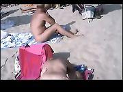 Gli scambisti nudisti fanno sesso in spiaggia