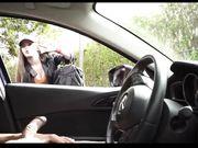 Una ragazza bianca sta guardando un uomo che si masturba in macchina