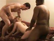 Un marito cornuto condivide la sua bellissima moglie per fare sesso con un amico nero