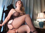 Una moglie matura prende in giro un giovane e gli fa leccare la figa