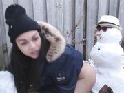 La ragazza sexy fa sesso con il pupazzo di neve all'aperto