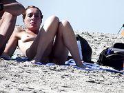 Una moglie nudista è filmata in segreto in spiaggia