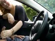 Una bionda viene filmata mentre strofina il cazzo su una telecamera nascosta in un'auto